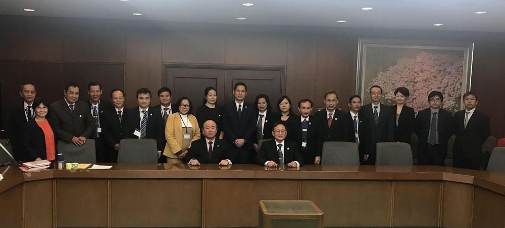 LS. Kazuhiro Nakamoto chụp ảnh lưu niệm với Đoàn công tác LĐLSVN