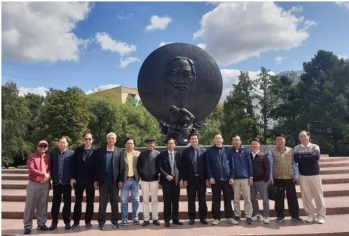 Đoàn công tác chụp ảnh lưu niệm dưới chân tượng đài Bác Hồ tại Moskva.