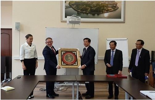 Luật sư TS Đỗ Ngọc Thịnh- Chủ tịch LĐLSVN, Trưởng Đoàn công tác tặng quà lưu niệm cho đại diện Đoàn Luật sư Saint Petersburg.