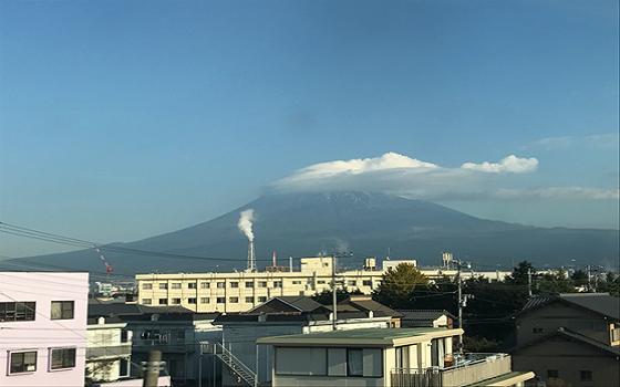 Núi Fuji nhìn qua cửa tàu cao tốc Shinkensan từ Shizuoka về Tokyo sáng 9/12/2016
