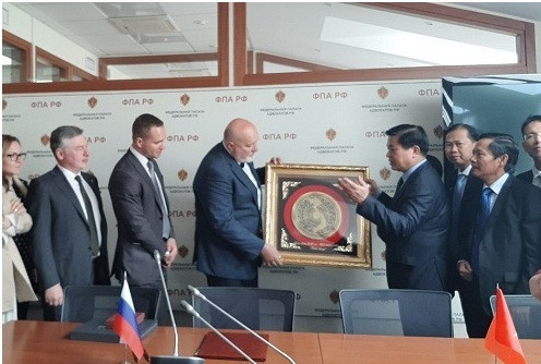 Luật sư Đỗ Ngọc Thịnh - Chủ tịch LĐLSVN tặng quà lưu niệm cho Luật sư Yury Pilipenko - Chủ tịch LĐLS LB Nga.