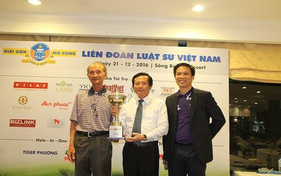 Ông Võ Viết Thanh (nguyên Chủ tịch UBND TPHCM, Chủ tịch danh dự Hội Golf TPHCM) trao giải Best Gross Bảng Luật sư cho Luật sư Phan Trung Hoài