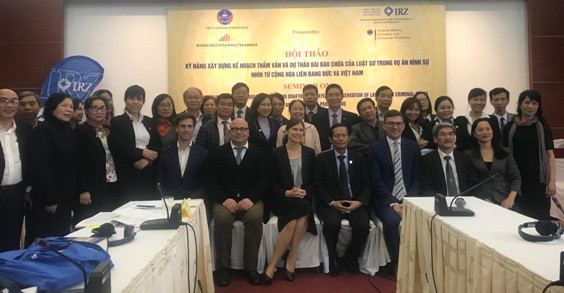 Chuyên gia Đức và các đại biểu, luật sư ở Hà Nội chụp ảnh lưu niệm sau Hội thảo