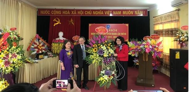 Luật sư Nguyễn Thị Quỳnh Anh - Phó chủ tịch Liên đoàn luật sư Việt Nam tặng hoa chúc mừng Đại hội