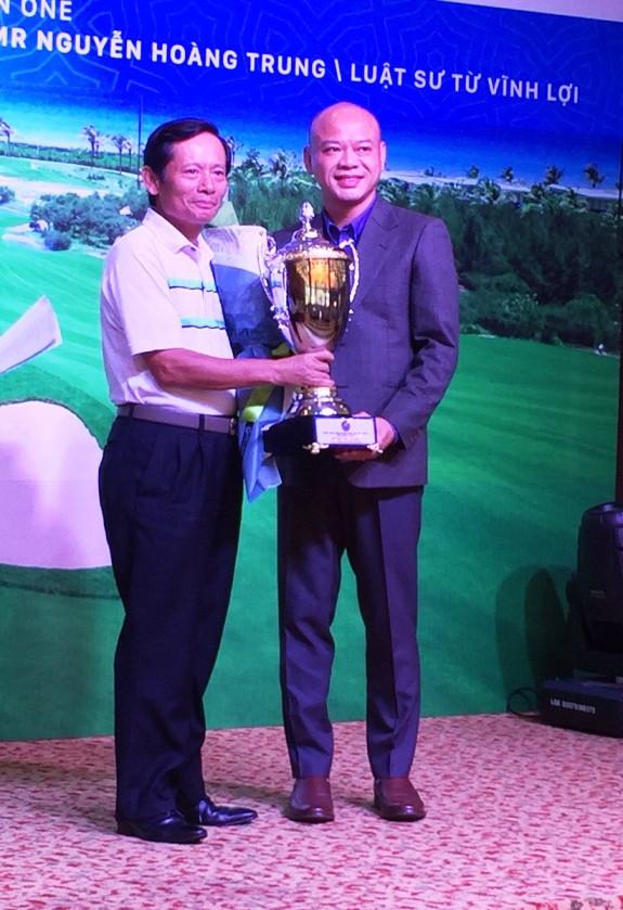 Ông Đào Nam Phong- Phó Tổng Giám đốc Tập đoàn FLC trao Cúp Best Gross của Giải cho LS Phan Trung Hoài