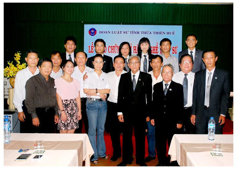 Ban Chủ nhiệm, Hội đồng Khen thưởng-kỷ luật Đoàn luật sư tỉnh Thừa Thiên - Huế và một số luật sư chụp ảnh lưu niệm với những người mới được cấp Chứng chỉ hành nghề luật sư
