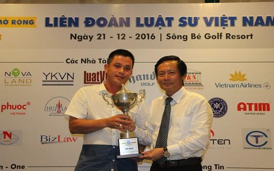 Luật sư Phan Trung Hoài - Trưởng Ban tổ chức trao giải Best Gross Giải mở rộng cho gôn thủ Huỳnh Quang Đức (khách mời)