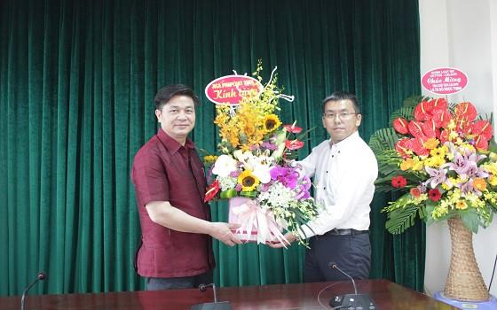 Ông Tsukahara Masanori – Cố vấn pháp luật Dự án JICA tặng hoa chúc mừng Tân Chủ tịch LĐLSVN