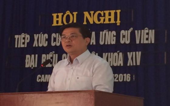 Luật sư Đỗ Ngọc Thịnh trình bày chương trình hành động tại một buổi tiếp xúc cử tri