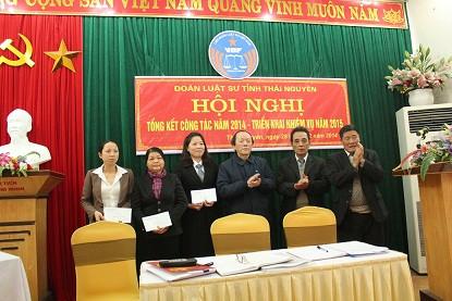 Luật sư Lê Thúc Anh trao phần thưởng của Đoàn luật sư tỉnh Thái Nguyên cho các tập thể, cá nhân đạt thành tích xuất sắc trong năm 2014