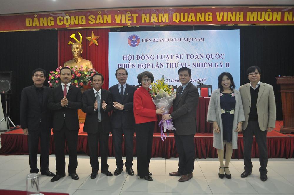 Thường trực LĐLSVN và các đại biểu chúc mừng LS. Nguyễn Thị Quỳnh Anh