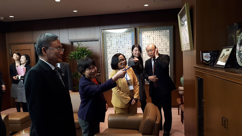 Chủ tịch LĐLS Nhật Bản (ngoài cùng bên phải) giới thiệu với Đoàn công tác LĐLSVN