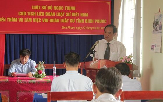 Luật sư Phan Thông Anh trình bày báo cáo tại buổi làm việc