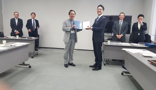 Đại diện JICA trao giấy chứng nhận hoàn thành khóa nghiên cứu cho Luật sư Nguyễn Minh Tâm (bên trái) (Ảnh: Hoài Phan)