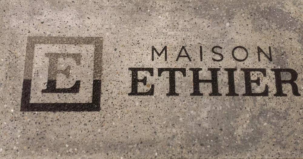 Maison Ethier a fait graver son logo pour sa salle d'exposition.