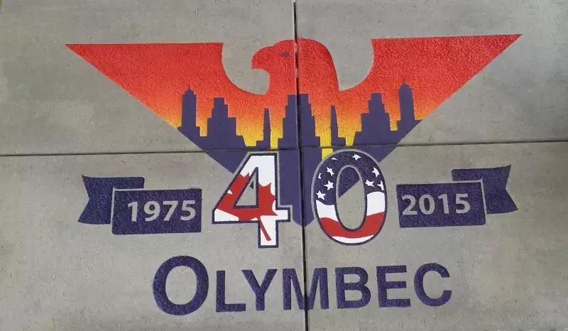Pour son 40e, Olymbec a fait graver son logo sur quatre grands pavés. Cadeau d'un ami de la famille.