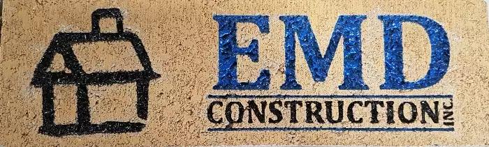 Un contracteur signe son travail en gravant son logo sur une brique de la maison.