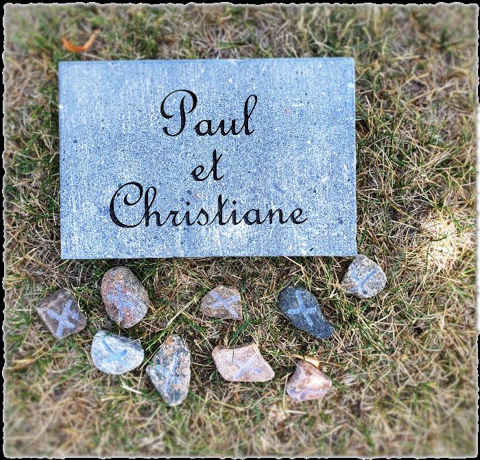 Pierre commémorative accompagnée de petits bisous gravés.