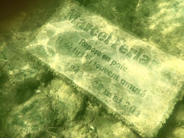 La pierre commémorative après deux ans sous l'eau.
