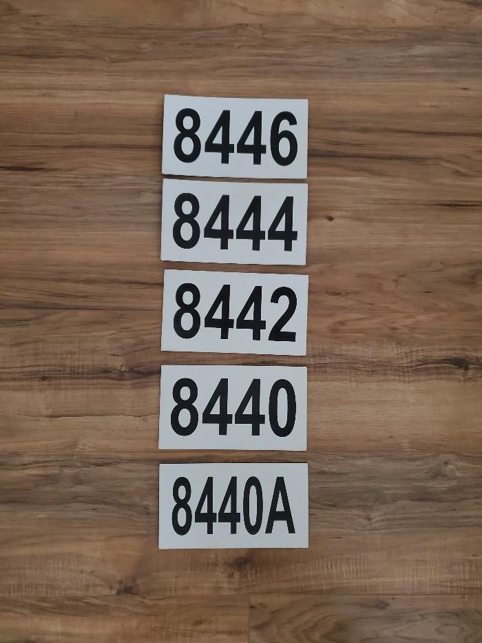 Cinq plaques d'adresse pour un plex de Montéal.