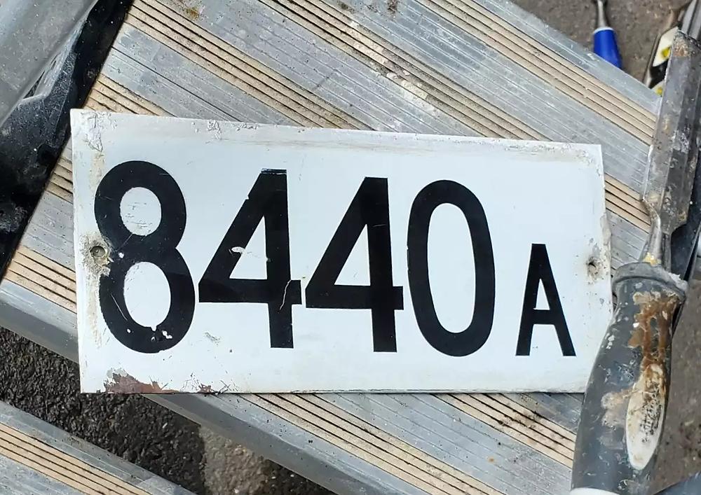 Nous avons remplacé cette ancienne plaque d'adresse en acier émaillé par une plaque d'adresse la Montréalaise.