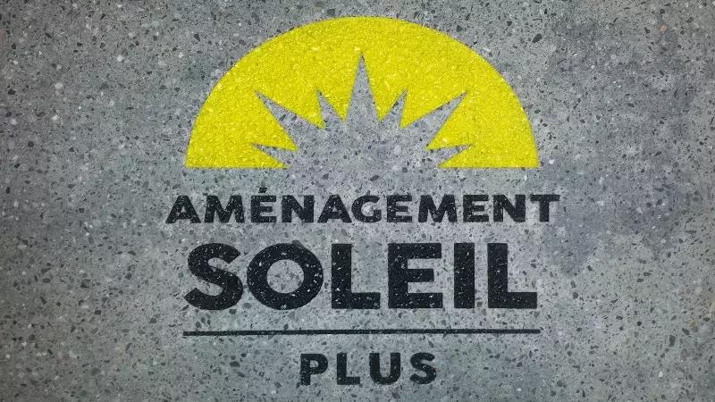 Une compagnie d'aménagement qui signe son travail sur un pavé de 18 po sur 32 po. La gravure du logo est peinturée selon les couleurs de la compagnie.