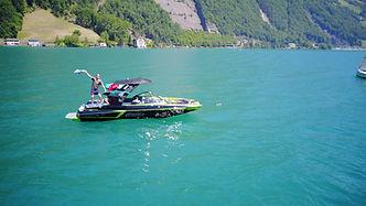 Mit einem Boot auf dem Vierwaldstättersee chillen/ Bootcharter