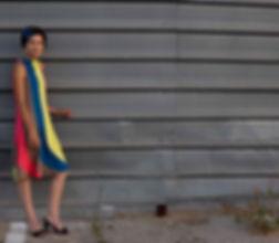 Mädchen im gestreiften Kleid