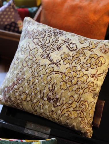 Sachet de lavande - tissu chinois jaune et dentelle - Sylvie Guieysse Pillows