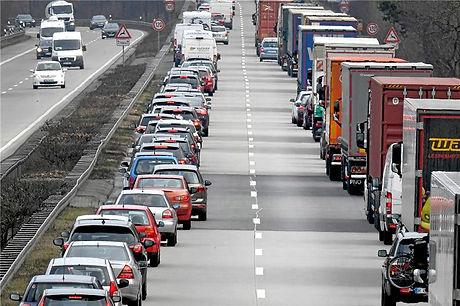 Fahrer-von-Personenwagen-und-Lastwagen-b