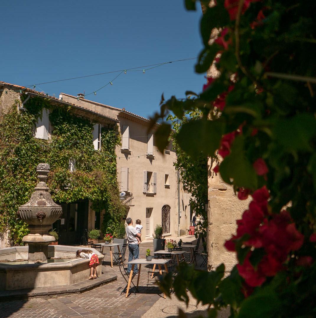 Venasque place de la Fontaine
