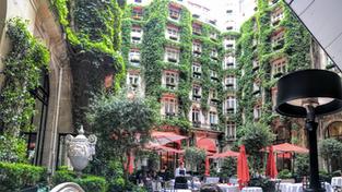 Restaurante La Cour Jardin, no Plaza Athénée