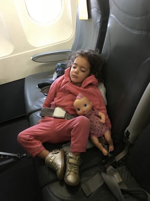 Criança dormindo no avião