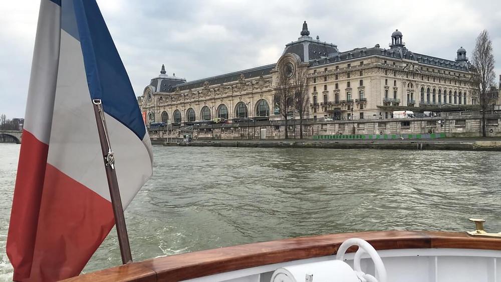 Cruzeiro no rio Sena em Paris