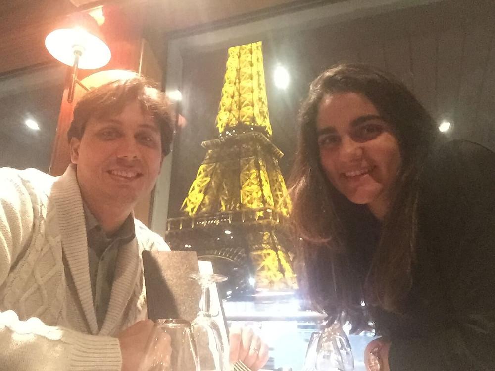 Eu e o maridão jantando num cruzeiro no rio Sena