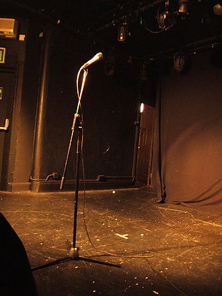 microphone-on-empty-stage-wallpaper-2.jp