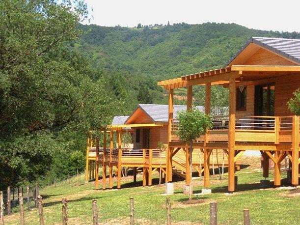 Chalets haut de gamme et bioclimatiques sur pilotis, dominant la campagne et avec terrasse panoramique