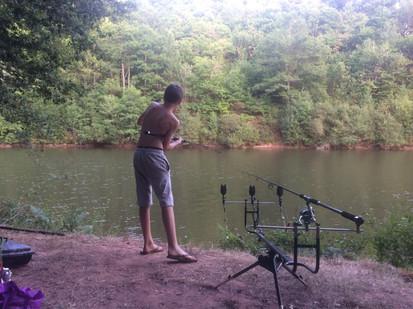 Adolescent à la pêche