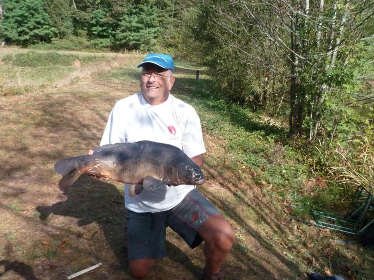 Le retraité champion de pêche et sa carpe
