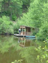 Cabane abri au bord du lac