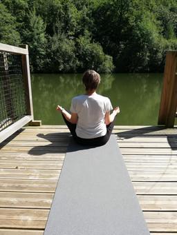 Yoga sur la terrasse d'une cabane insolite