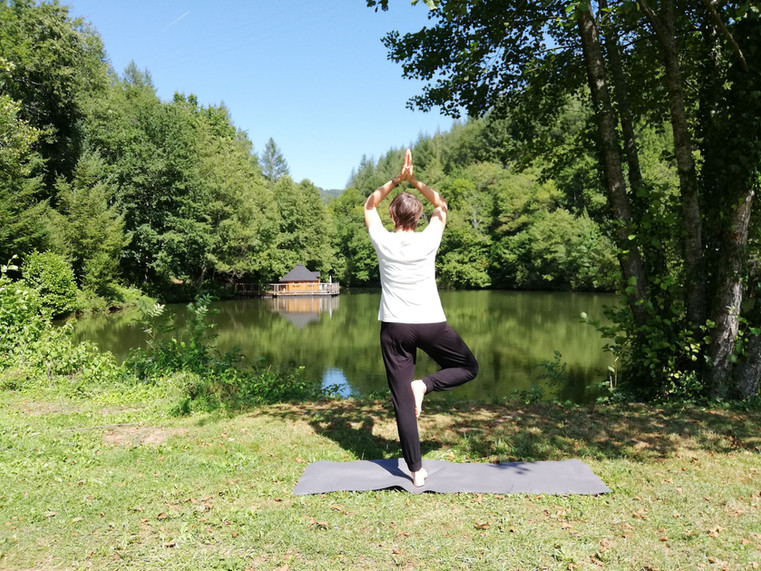 Yoga sur la digue du lac