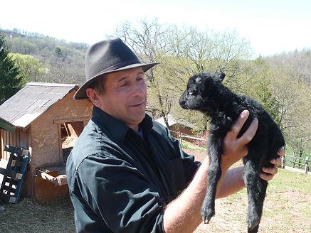 Jean-Marc et un agneau naissant