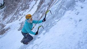 CLOSE UP_ Young female alpinist scales u