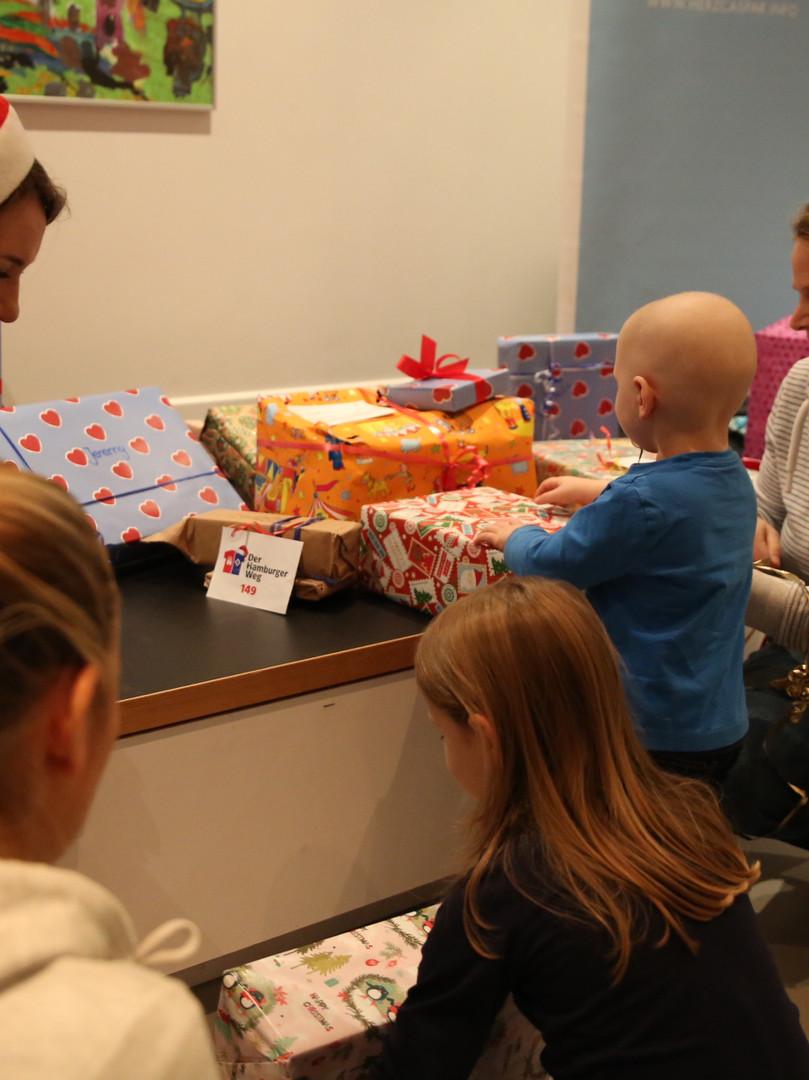 Geschenke verteilen am Weihnachtstag.JPG