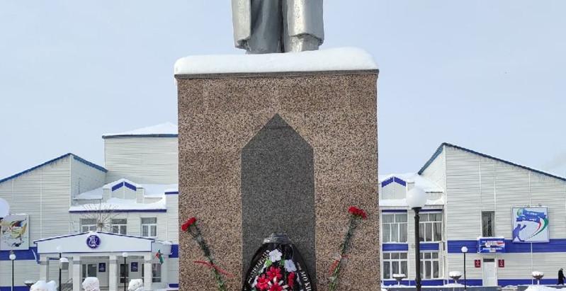 Возложение цветов к памятнику Ленина в Мамадыше