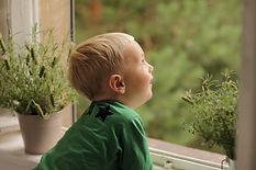 Junge erfreut sich am Ausblick - Familienfotografie
