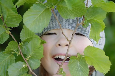 Lachendes Mädchen im Frühling.