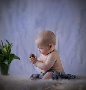 Baby hält eine Wallnuss - Baby Photography