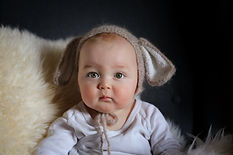 Baby blickt neugierig